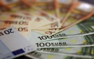 Foto Euros (© pixabay): Zeigt einen Stapel Euro-Scheine.