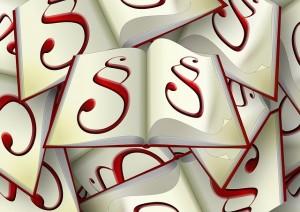 Bild Gesetzesbücher (© pixabay): Zeigt viele übereinander liegende Gesetzesbücher mit Paragraphen.