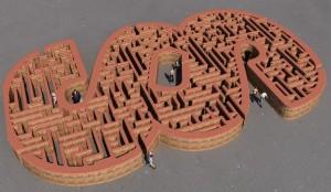 Foto Paragraphen-Labyrinth (© pixabay): Zeigt einen liegenden Paragraphen, dessen innere Struktur als Labyrinth aufgebaut ist. Menschen verirren sich darin.
