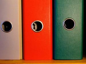 Foto Ordner (© pixabay): Zeigt drei Ordnerrücken.