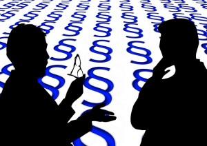 Bild Peer Counseling (© pixabay): Zeigt zwei Personen im Gespräch vor einem Paragraphen-Hintergrund.