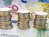 3 Eurostücke-Stapel stehen auf Euroscheinen (© pixabay)