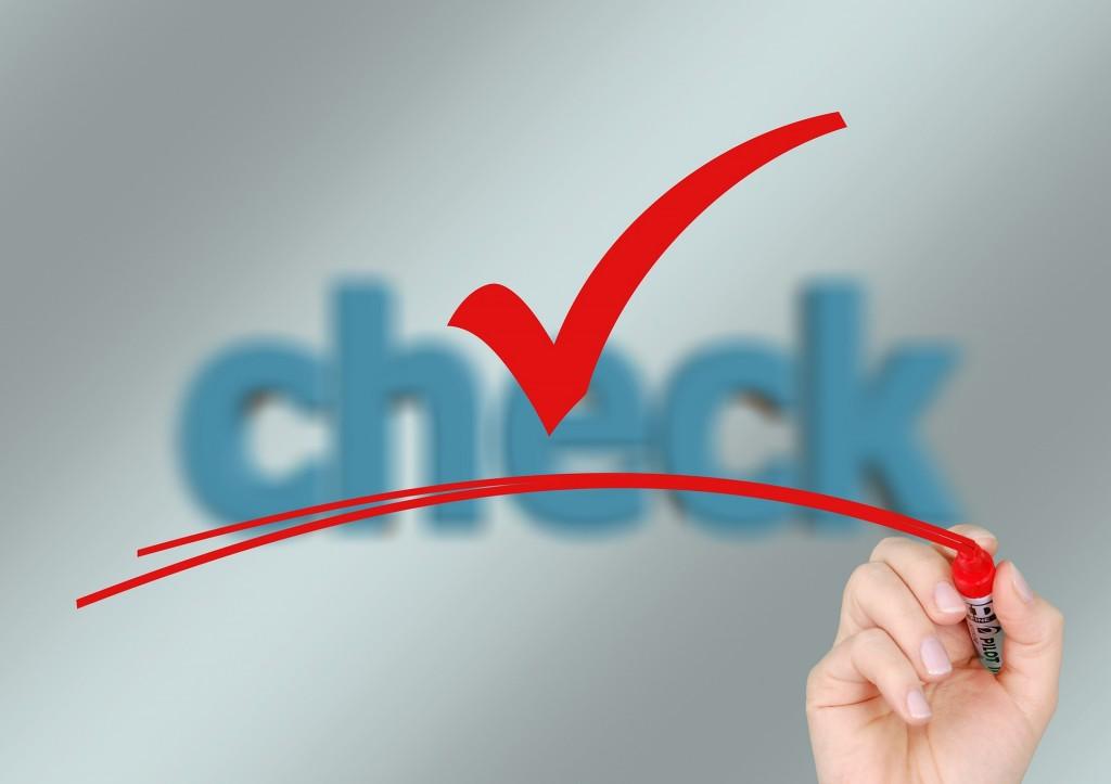 """Bild (© pixabay) zeigt eine Hand, die einen Haken unterstreicht. Im Hintergrund steht """"check""""."""