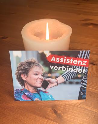 NITSA-Postkarte mit Corina vor einer brennenden Kerze